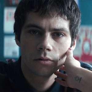Flashback: Dylan O'Brien é assombrado pelo passado em trailer de suspense
