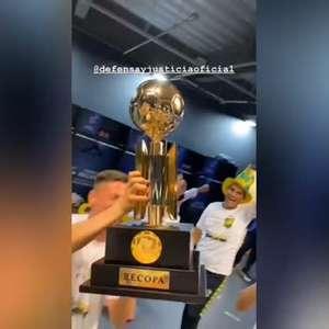 RECOPA: Festa argentina! Jogadores do Defensa y Justicia comemoram com taça após bater o Palmeiras