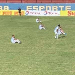 Antes do jogo contra o Madureira, jogadores do Macaé ...