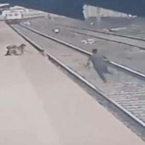 Funcionário salta nos trilhos e salva criança de trem na Índia