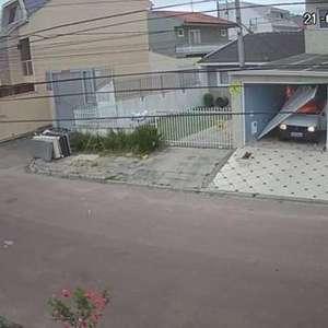 Homem invade garagem de ré, coloca fogo em carro e foge em Curitiba