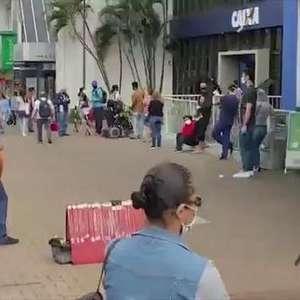 Fila em busca do auxílio emergencial dobra esquina no Centro de Cascavel