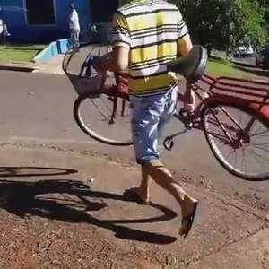 Mulher fica ferida em batida entre carro e bicicleta no bairro Santa Cruz