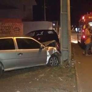 Carro atinge poste e motorista fica ferida, no Bairro Brasmadeira