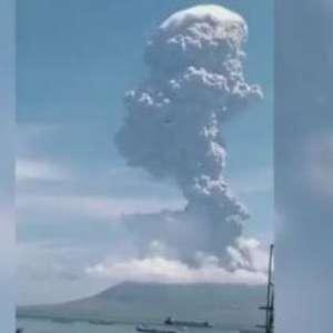 Erupção vulcânica obriga milhares a fugir na Indonésia