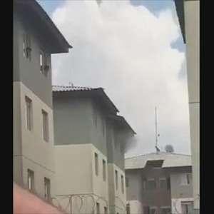 Vídeo: mulher joga três crianças e pula de prédio para se salvar de incêndio