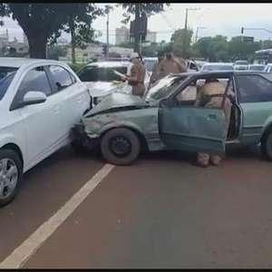 Motorista alcoolizado bate em carros estacionados na Avenida Brasil