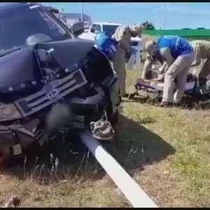 Mulher e bebê ficam feridos após carro atingir poste na marginal da BR 467