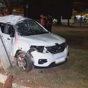 Kwid fica destituído após atingir poste na Avenida Brasil