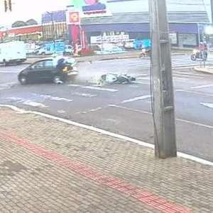 Câmera flagra forte batida que deixou motociclista gravemente ferida em Cascavel