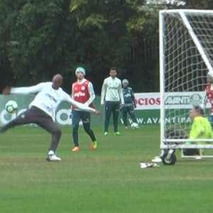 Jailson leva a melhor sobre Prass em rachão no Palmeiras