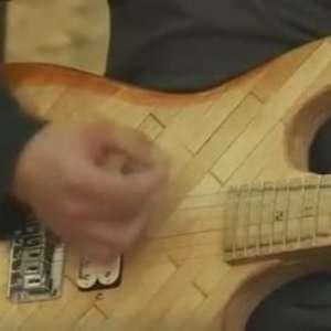 Guitarra feita com 'palitinhos' de exame médico faz sucesso