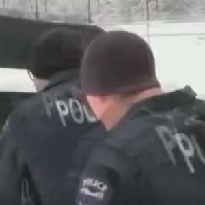 Crianças vencem batalha de bolas de neve contra policiais