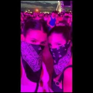 Bruna Marquezine aposta em bandana para curtir festival Coachella nos EUA. Vídeo