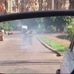 Motocicleta é consumida pelas chamas no Bairro Santa Cruz