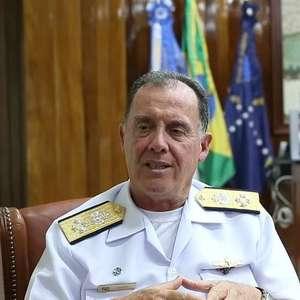 Comandante da Marinha compara vazamento de óleo no litoral a ataque militar ao Brasil