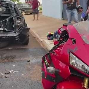 Motociclista fica gravemente ferido ao bater em carro estacionado
