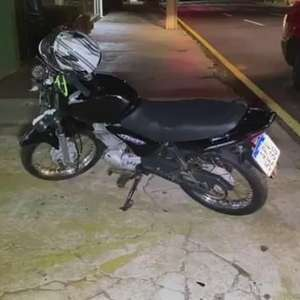 Motocicleta fica com a frente destruída após acidente na Rua Minas Gerais