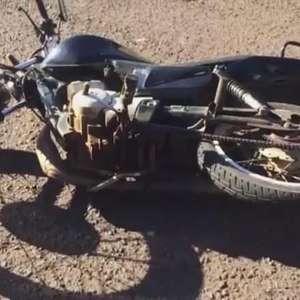 Na contramão da via, motociclista se envolve em acidente