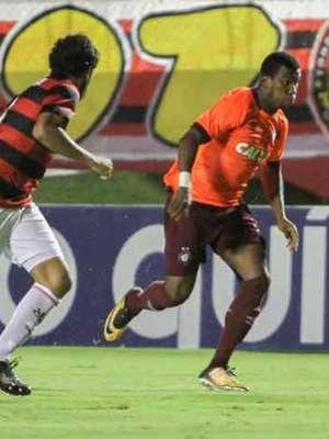 Atlético-PR vence o Vitória em Salvador e respira aliviado