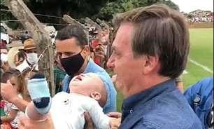 Em viagem fora da agenda, Bolsonaro volta a dispensar máscara e causar aglomeração