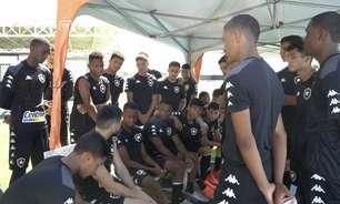 Após treino, Ricardinho dá conselhos para jogadores do sub-17 do Botafogo: 'Procure buscar livros para ler'