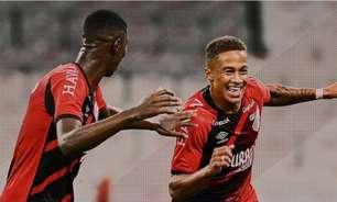 Athletico vence Coritiba com dois de Vitinho em jogo atrasado pelo Campeonato Paranaense
