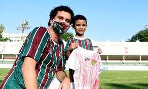 Fluminense presenteia criança que improvisou camisa do clube