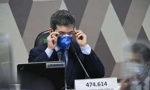 CPI vai prender Bolsonaro, diz Randolfe na fila da vacina
