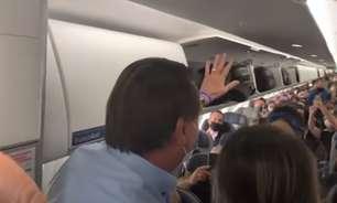 Bolsonaro aparece de surpresa em voo e é alvo de protestos
