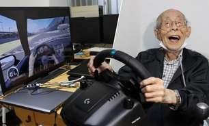 Japonês de 93 anos viraliza jogando simulador de corrida
