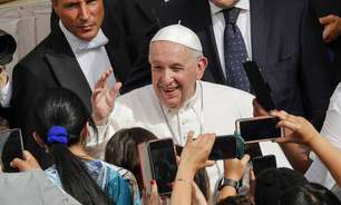 Bolsonaro posta Papa sem máscara, mas ignora cenários