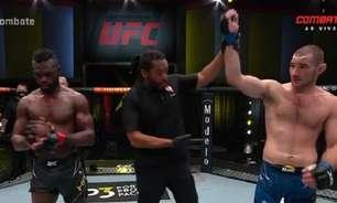 Sean Strickland supera Uriah Hall e emplaca quinta vitória seguida no UFC; brasileira é nocauteada