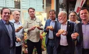 Proibido de entrar em restaurante, Bolsonaro come na rua
