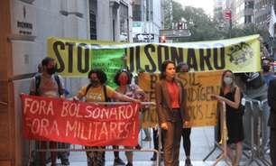 Com protesto na porta, Bolsonaro entra pelos fundos de hotel
