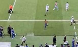 Torcedores do Santa Cruz invadem gramado após queda na Pré-Copa do Nordeste; assista ao vídeo