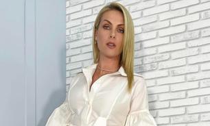 Ana Hickmann combina vestido branco com tênis de R$ 4.890