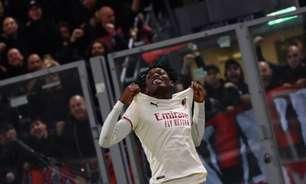 Com dois a mais, Milan sofre, mas consegue vitória