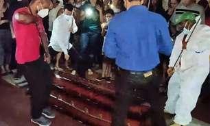 Pastor que prometeu ressuscitar no 3º dia é enterrado