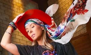 Galisteu usa 5 lenços com estilo: no chapéu, no pescoço etc.