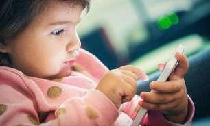 Crianças que brincam com celulares e tablets dormem menos