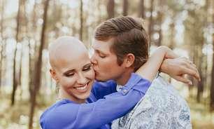 A mulher que tirou a peruca e decidiu assumir alopecia nas fotos de noivado