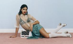 Miu Miu: Marquezine posa com transparência e meia + sandália