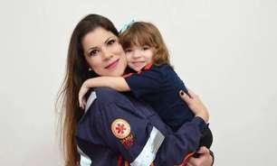 Menina usa roupa do Samu para homenagear mãe socorrista
