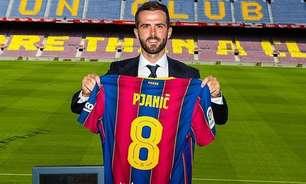 Pjanic é apresentado no Barcelona, recebe camisa usada por Iniesta e elogia Messi