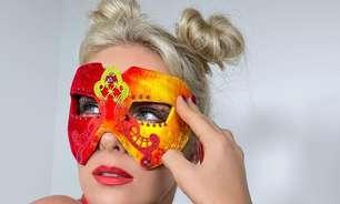 Carnaval: Hickmann arrasa com máscara e batom vermelho