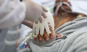 """""""Mãozinha do amor"""": luvas de látex quentes imitam toque humano para pacientes de Covid no interior paulista"""