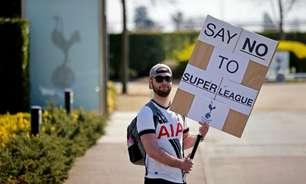 Com cartazes e faixas, torcedores ingleses protestam contra criação da Superliga Europeia; veja fotos
