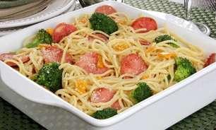 Macarrão com legumes e calabresa: pronto em 30 minutos