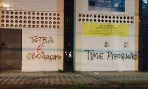 Muro da Vila Belmiro amanhece pichado após derrota na Libertadores